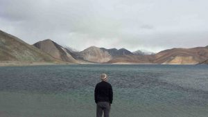 viaggiare da soli cover - uomo solo di fronte il mare